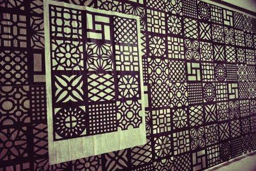 Você pode não ter visto o lambe-lambe cobogó mas foi dai que veio a ideia desse Dingbat. O Dingbat Coboco foi criado pelo designer Guilherme Luigi e ele usou de 36 cobogos como símbolos.
