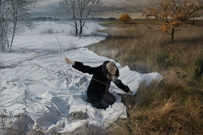 Erik Johansson é um fotógrafo e retocador sueco com um portfolio para lá de surreal. Seu trabalho é famoso por distorcer a realidade e criar uma espécie de surrealismo digital.