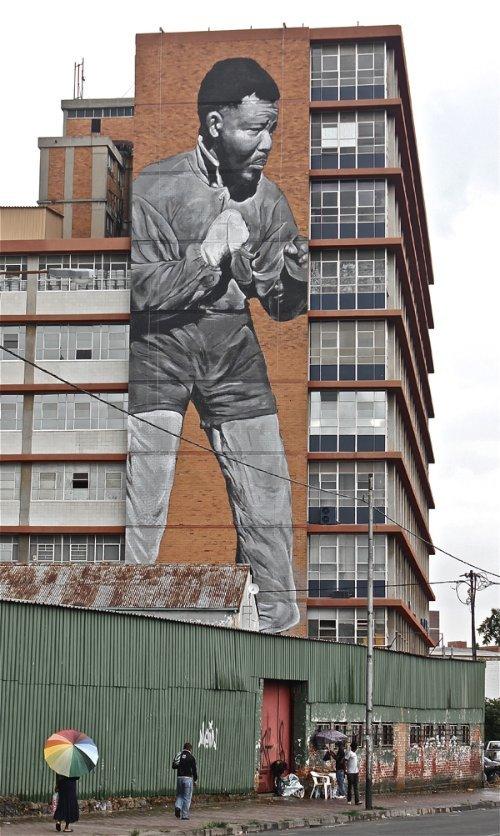 Freddy Sam foi convidado pelo pessoal de Maboneng para pintar um tributo ao seu filho mais famoso, Nelson Mandela. As imagens abaixo são do resultado final.