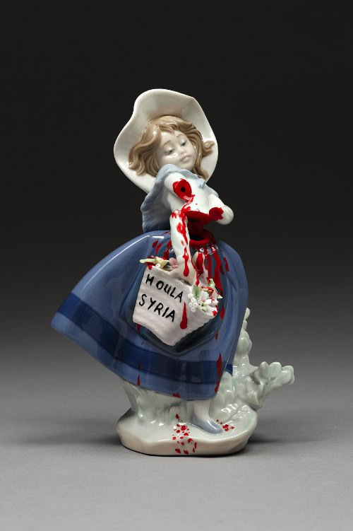 Penny Byrne cria esculturas de porcelana totalmente diferentes daquelas que sua vó costumava ter na sala de jantar. Aqui ela faz críticas a sociedade de hoje em pequenos objetos que eu teria aqui em casa sem problemas.