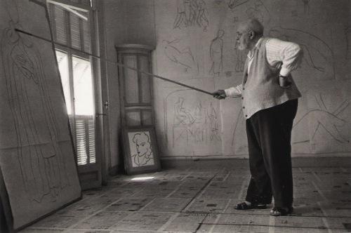 Henri Matisse desenhando com a ajuda de uma vareta