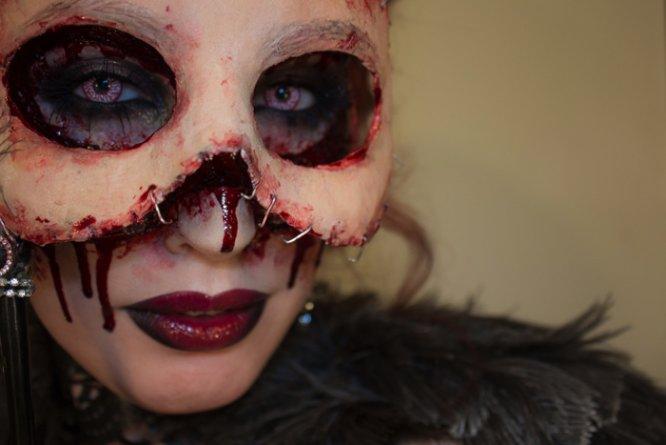 Sandra Holmbom é uma maquiadora sueca com um trabalho bem interessante. Cheguei no portfolio dela enquanto procurava procurava máscaras de carnaval e, foi assim que, encontrei a maquiagem de Halloween que ela criou em 2013. A ideia era usar da sua própria pele como máscara e o resultado ficou assustador!