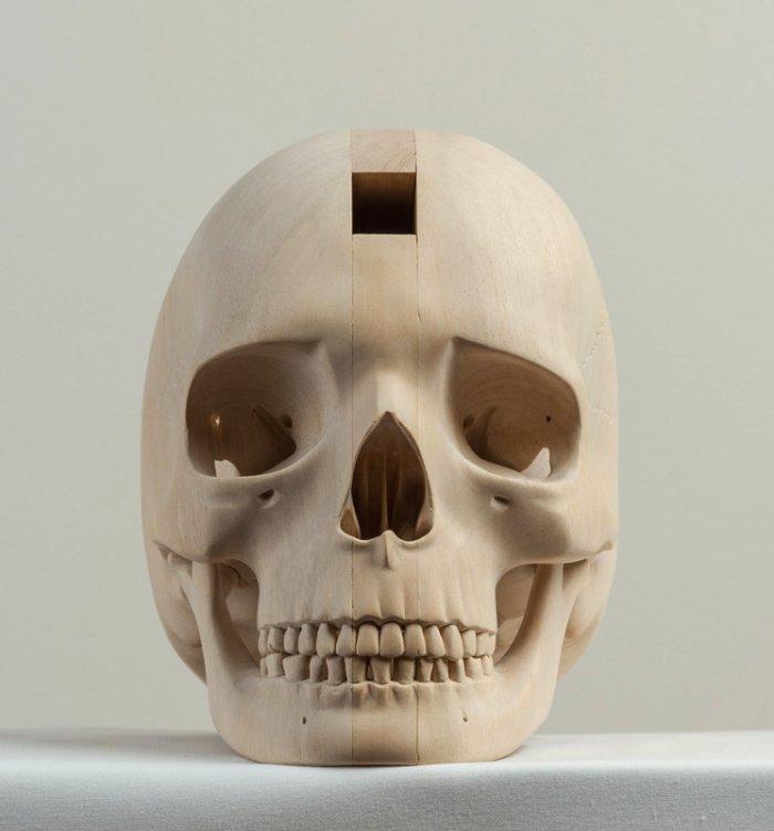 Paul Kapteincria esculturas de madeira explorando o passado dessa arte e misturando com a realidade dos dias de hoje. Suas esculturas acabam sendo quase atemporais por resultado direto das suas influências.