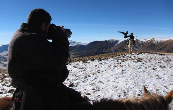 Durante a última viagem do Asher Svidensky para a Mongólia, ele voou até Ulgii, a capital do oeste distante. Ele foi até essa cidade com a finalidade de documentar a vida dos cazaques que usam de águias para caçar na Mongólia Central.