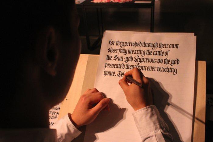 Mikitype é como o estudante de caligrafia e tipografia, Mikihiro Yamashita, resolveu se chamar por ai. Ele tem 21 anos e estuda na Musashino Art University no Japão. Seus traços tem uma firmeza impressionante e gostei muito de ver como que ele trabalha no desenvolvimento de novas fontes. Um talento a se observar no futuro.