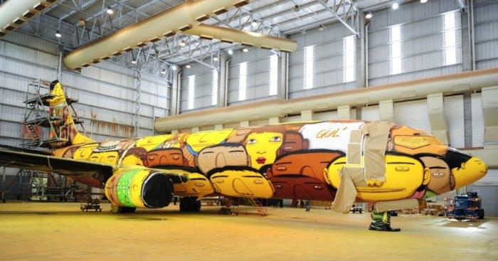 Os aeroportos do Brasil não ficaram prontos para a Copa do Mundo de 2014 mas ele vão ficar, no mínimo, mais interessantes quando o avião que carrega a seleção brasileira chegar por lá. E a culpa disso tudo é da dupla de grafiteiros conhecida como os Gêmeos.