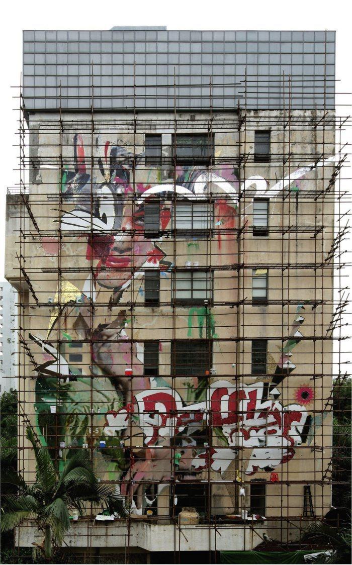 A série de murais gigantes conhecidos como The Pseudo-Advertising Series é um dos trabalhos mais interessantes que encontrei no portfolio do Alexandros Vasmoulakis. O mais interessante para mim foi o fato de que já me deparei com um desses murais aqui em Berlin há alguns anos. Nunca soube quem era o autor daquela obra mas agora coloquei um rosto nessa criação.