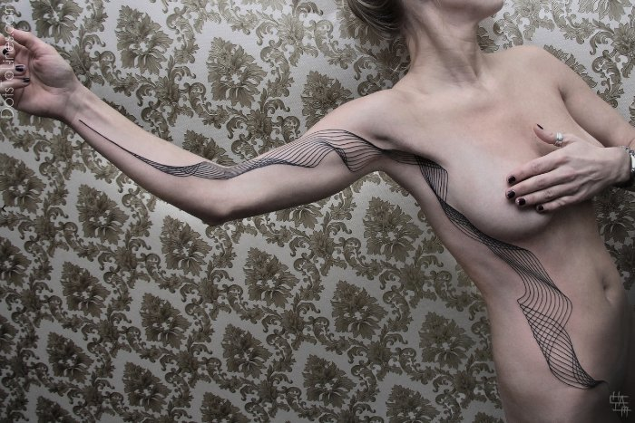 Chaim Machlev é o nome do artista e tatuador que é conhecido como DotsToLines. Ele mantém um pequeno estúdio de tatuagem aqui em Berlin e, caso você queira ter um trabalho dele no seu corpo, é melhor entrar na fila agora já que o tempo de espera pode chegar a 2 anos.