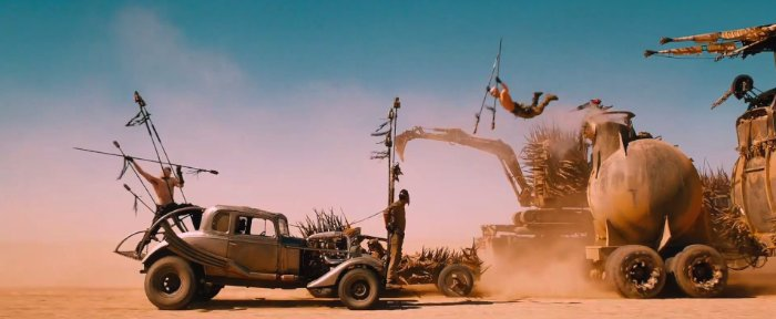 O trailer mostra o retorno do diretor original da série, George Miller, e, de acordo com sua conversa na Comic-Con, esse filme vai ser uma gigante perseguição pelo deserto. Gostei de saber que esse novo filme, não necessariamente, tem alguma coisa a ver com a série original. A ideia é mostrar vários elementos básicos da série dos anos oitenta, incluindo ai o mesmo personagem.