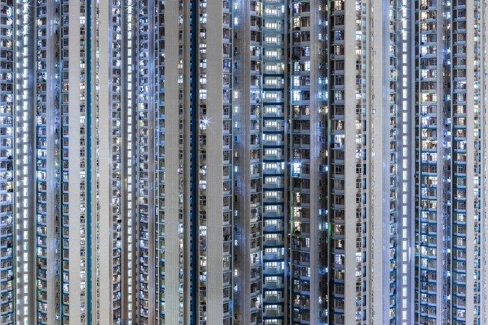 Hong Kong é uma cidade diferente no mundo. Lá, o espaço para construção de residências é escasso de verdade e por isso mesmo, a solução é a verticalização. E é isso que Manuel Irritier mostra em Urban Barcode. São tantas casas sobrepostas que elas se tornam uma massa anônima ao primeiro olhar. Algo que, depois de uma breve análise, muda rapidamente.