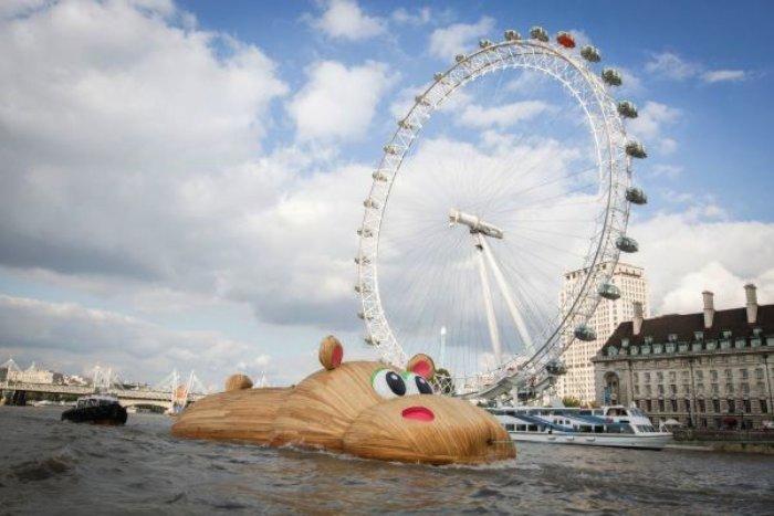 Florentijn Hofman, o homem responsável por aquele pato de borracha gigante, volta as notícias com seu hipopótamo gigante que está atravessando Londres no meio do Tâmisa.