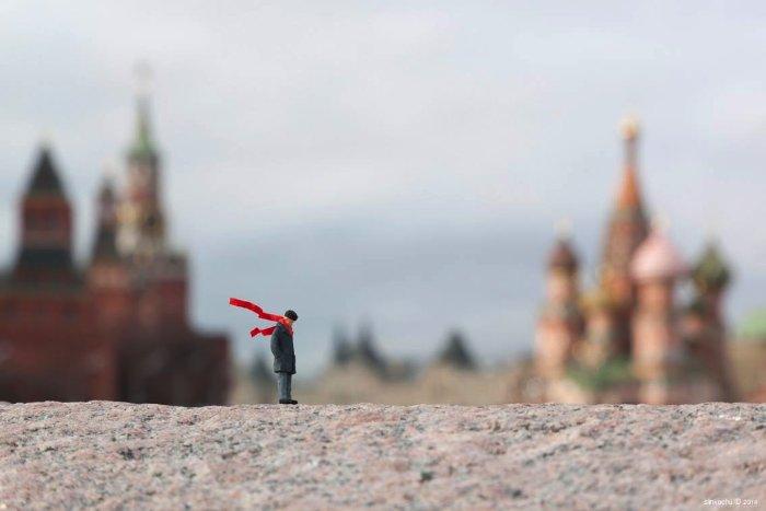 Little People Project começou em 2006 quando o artista conhecido como Slinkachu começou a usar miniaturas para contar suas histórias. Essas miniaturas são aquelas usadas em maquetes e Slinkachu acaba criando instalações de street art em tamanho reduzido graça a elas.