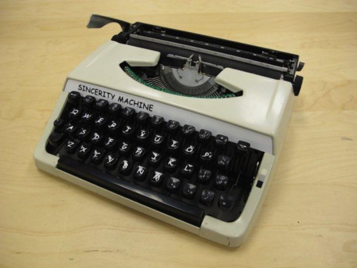 Sincerity Machine é o nome que essa máquina de escrever que datilografa em Comic Sans acabou recebendo. Sim, uma máquina de escrever em Comic Sans. Criação de Jesse England como parte de uma tese sobre como consumimos, criamos e guardamos mídia. Mas, como que ele fez isso? Pelo que eu entendi, ele usou uma máquina de laser engraving para criar todo o alfabeto da Comic Sans em acrílico. Depois disso, colou essas pequenas placas tipográficas numa máquina de escrever modelo Brother Charger 11 e pronto. Dá para ver como ela funciona no vídeo abaixo.