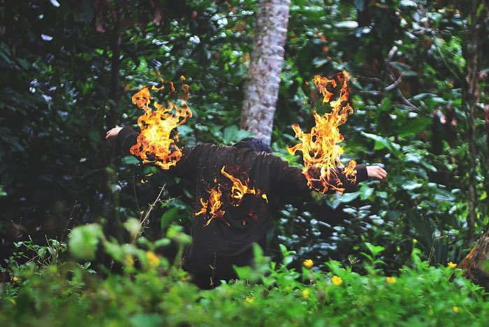 Yutha Adiputra Yamanaka cria imagens estranhas com um visual quase macabro. Essas foto montagens são tão estranhas que resolvi fazer um post sobre seu portfolio fotográfico por aqui.