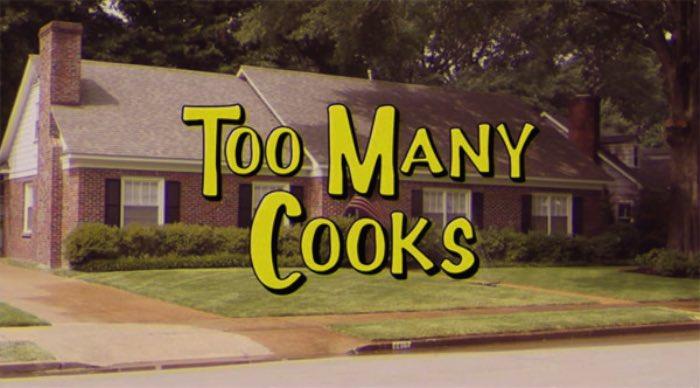 Você não precisa achar que o video é apenas mais uma abertura de série americana tentando ser engraçadinha. Too Many Cooksé bizarro e eu preciso enfatizar o bizarro aqui.