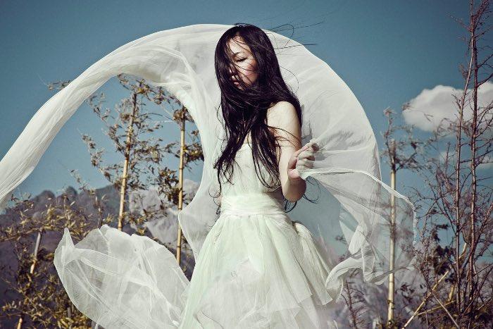 Zhang Jingna nasceu em Pequim em 1988 mas agora mora e trabalha em Nova Iorque. Ela descobriu a fotografia durante seus estudos e não parou mais de usar a câmera. Desde então, suas fotos apareceram na Vogue China, Elle Singapore e no British Journal of Photography. Vejam o porquê nas fotos abaixo.
