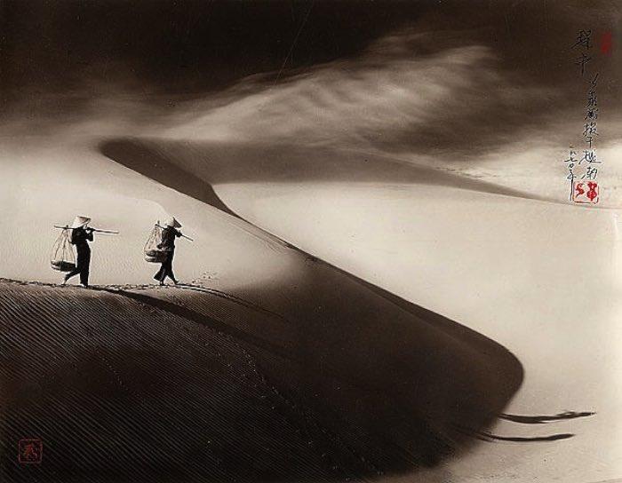 Don Hong-Oai nasceu na China em 1929 e passou grande parte da sua vida morando no Vietnã. Foi ainda garoto que ele começou a trabalhar com fotografia em Saigon. E, quando ele não estava trabalhando como assistente de fotografia, ele viajava e fotografava tudo que via. Durante a Guerra do Vietnã, ele permaneceu no país mas acabou imigrando para a Califórnia em 1979.