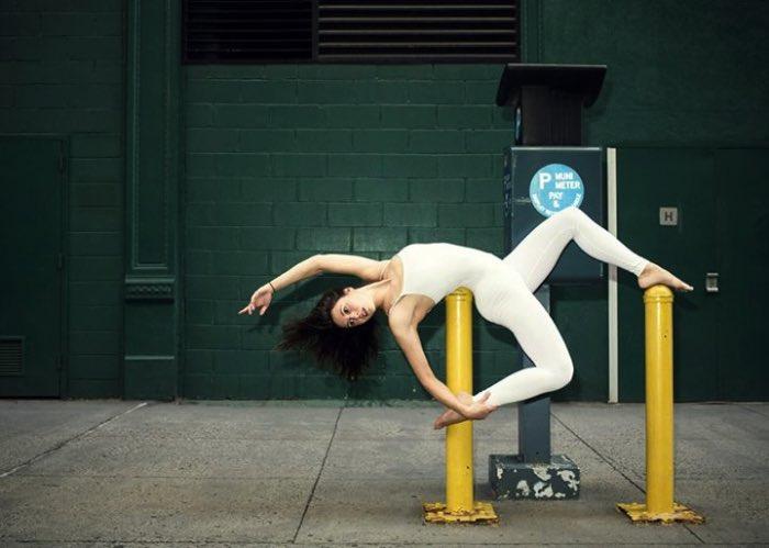 Anja Humljan é uma artista, arquiteta, dançarina e professora de yoga. Além disso tudo, ela resolveu criar o estranho projeto chamado de Yoga Urbano (Urban Yoga em inglês, claro). Nesse projeto, ela convida as pessoas a se juntar e render seu corpo ao cheiro, som, toque e visão em função de experimentar como a cidade realmente é.