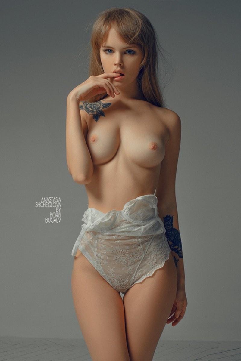 Boris Bugaev trabalha com fotografia naquela linha sutil entre a fotografia erótica e a pornografia. E, nas fotos abaixo dá para ver como ele trabalha bem com uma das suas maiores musas, a russa Anastasia Shcheglova.