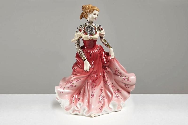 Jessica Harrison é uma artista que surpreendeu o mundo da arte com suas estranhas bonecas de porcelana. Estranhas por que são bonecas de porcelana de terror, se é que isso é possível. E, ela surpreende novamente ao criar bonecas de porcelana tatuadas com um visual que mistura princesas da Disney com o punk rock. Vale a pena conhecer mais do trabalho dessa artista.