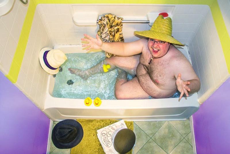 Samantha Fortenberry é a fotógrafa responsável pela série de fotos abaixo chamada de Suds e Smiles. Nessas fotos, ela retrata uma série de pessoas dentro de uma banheira, cercados por uma série de objetos que faz algum sentido para eles ou algo assim.