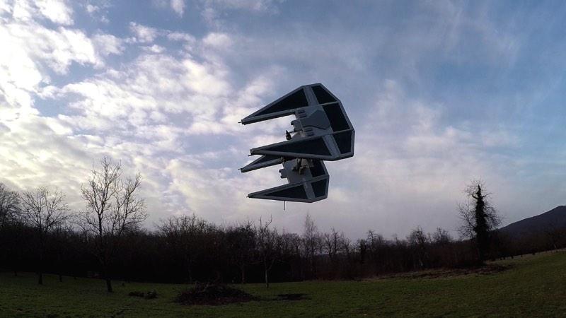 Olivier_C é como é conhecido o francês que criou os drones abaixo. Ele adapta o visual de Star Wars para seus drones e publica seus vídeos online para o prazer de todos os fãs de Guerra nas Estrelas. width=800 height=450 data-wp-pid=74840 srcset=