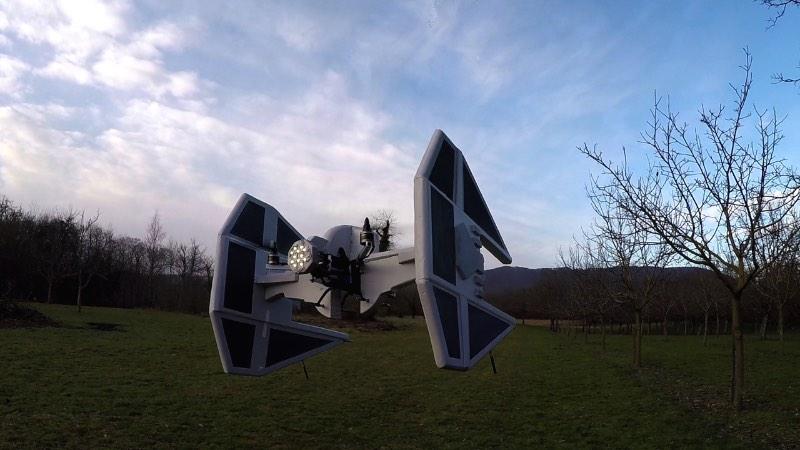 Olivier_C é como é conhecido o francês que criou os drones abaixo. Ele adapta o visual de Star Wars para seus drones e publica seus vídeos online para o prazer de todos os fãs de Guerra nas Estrelas.