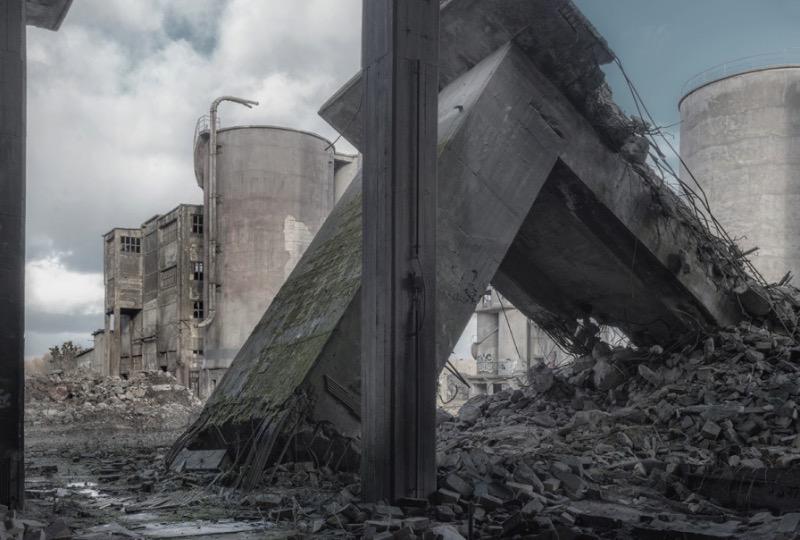 Markus Lehr fotografa as ruínas das sociedades modernas ocidentais. Ele retrata como esses cenários manufaturados chegam ao fim e o contraste que as cidades tem quando comparados com esses locais industriais que são deixados para o tempo.