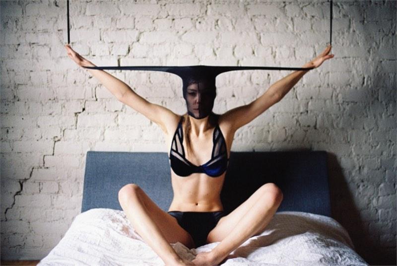 25th Hour é o nome desse projeto fotográfico de Can Dagarslani que Elishka Ku em estranhas poses que alguns chamariam de sensuais.