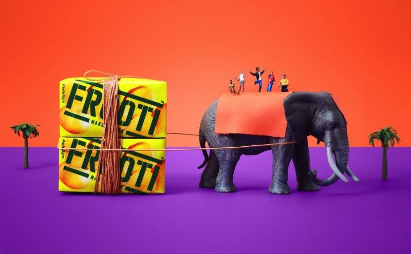 Frooti é uma das marcas de suco mais antigas e amadas da Índia. Depois que eles resolveram mudar o logo e o branding da marca, belíssima criação da Pentagram por assim dizer, ele entraram em contato com a Sagmeister & Walsh para criar uma linguagem visual, conceitos visuais e uma estratégia de marca para o relançamento da Frooti através de materiais impressos, redes sociais, jogos e comerciais de tv.