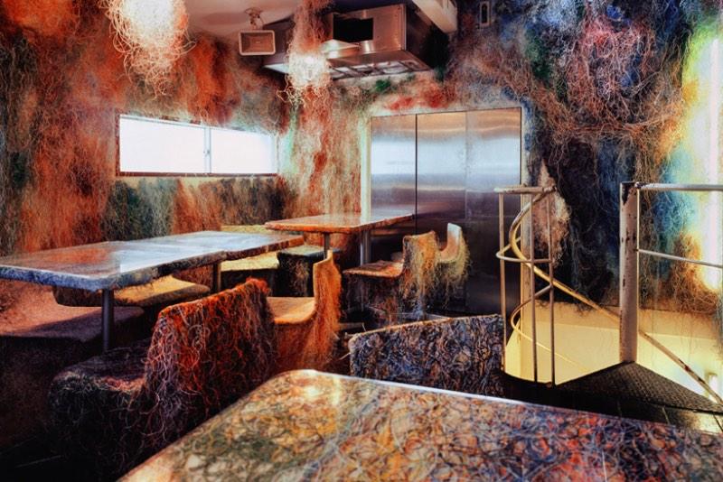 Tetchan Yakitori Bar é o nome do bar que você está vendo nas fotos desse artigo. Ele fica no subúrbio de Tóquio, em uma cidade chamada Kichijoji, e foi decorado pelo pessoal do Kengo Kuma and Associates.