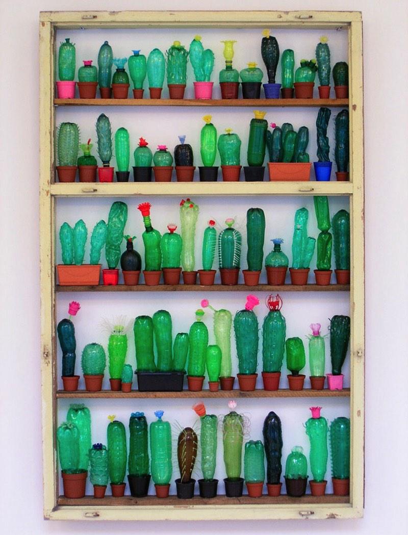 Quando me deparei com um link para o trabalho da Veronika Richterová que dizia que ela trabalhava criando arte com garrafas PET, eu fiquei com uma certa curiosidade do que poderia ser isso.