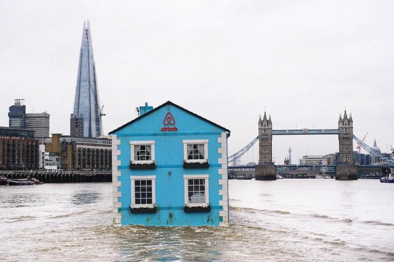 O Airbnb resolveu colocar uma casa flutuante no meio do Tâmisa, em Londres. A ideia dessa campanha de publicidade é mostrar o que o Airbnb tem a oferecer para as pessoas de Londres. E foi com uma casa no meio de um rio que os diretores de criação da TBWA acharam que esse problema seria solucionado.