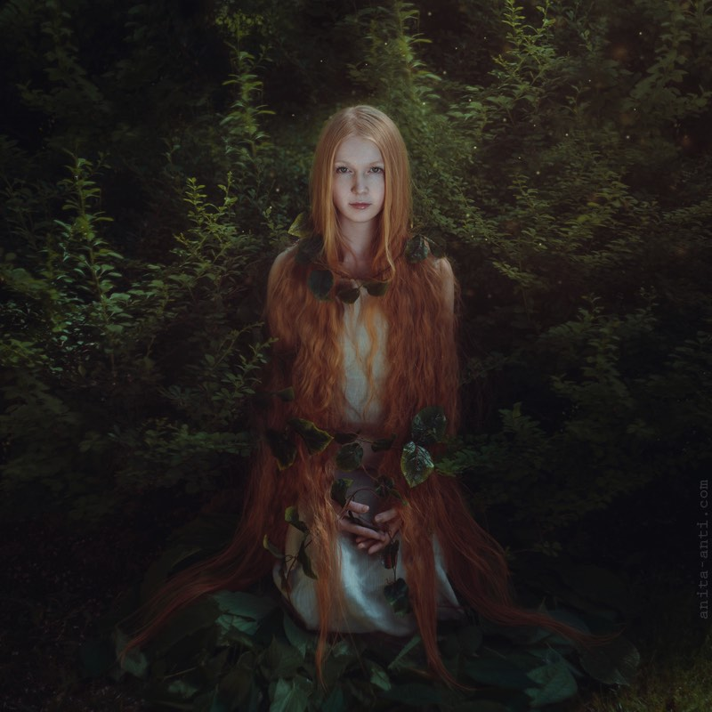 Anita Anti é uma fotógrafa lá da Ucrânia cujos retratos surreais quebram as barreiras do que seria fantasia e o que seria a realidade. Nas imagens abaixo, você pode entender melhor o que estou querendo dizer. Encontrei o portfólio dela por acaso dando uma olhada no meu feedly e acabei me apaixonando pela forma com a qual ela trabalha cores e composições em seus retratos.
