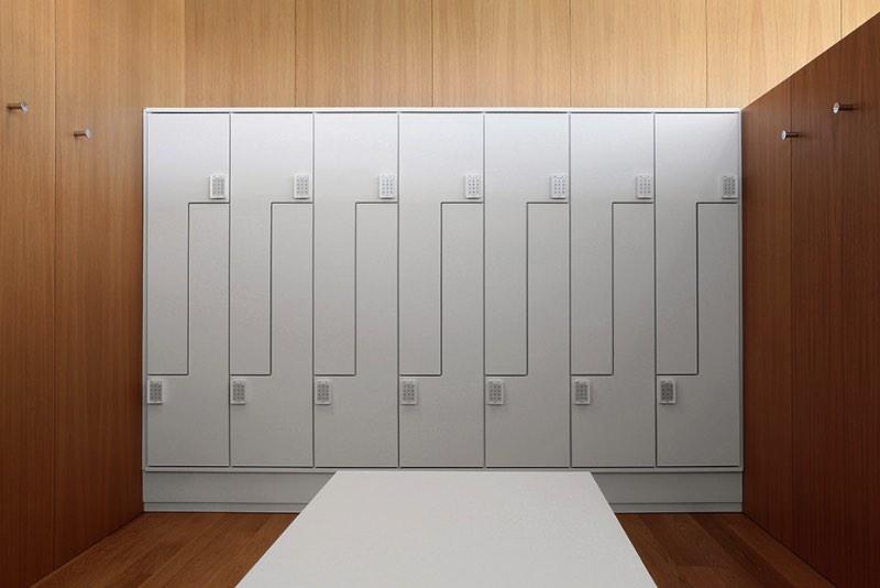 O estúdio de design espanhol Forma & Co criou a identidade visual da Abano, empresa que produz objetos para uso coletivo como armários e cabinetes.