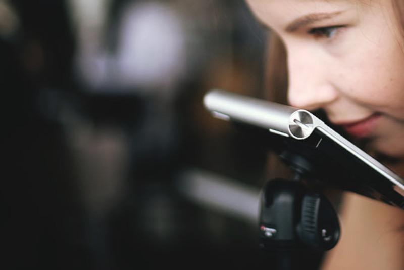 Michelle Vandy é uma jovem designer que trabalha com design de um jeito meio diferente. Ela usa seu nariz para criar imagens, editar fotografias e tudo mais que fazemos usando os dedos no computador. E, essa deficiência motora moldou a profissional que ela se tornou. Dá para entender mais sobre como tudo isso aconteceu logo abaixo.
