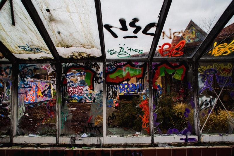Explorando um parque aquático abandonado em Berlin pelas lentes da Marcela Faé para o Fotostrasse