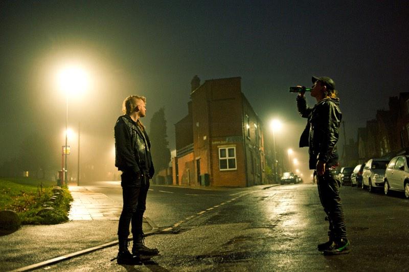 Ricky Adam nasceu no norte da Irlanda e, há 20 anos, vive imerso no cenário do punk rock e na cultura do BMX. Foi assim que surgiu a série Edge of Living, que traduzi livremente como Vivendo na Beira da Sociedade, com fotografias que mostram quase cinco anos na vida de um grupo de punks em Leeds, na Grã Bretanha.