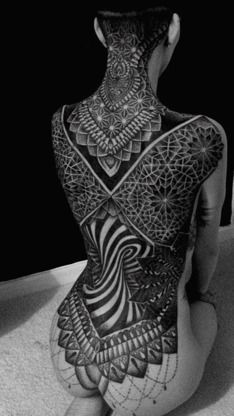 Glenn Cuzen é um tatuador de Reading, na Grã Bretanha, com um trabalho de tatuagem voltando para black work e dotwork geométrico. Ele já trabalha com tatuagem há 14 anos e abriu o Top Gun Studio em 2011, o mais famoso estúdio de tatuagem de Reading.