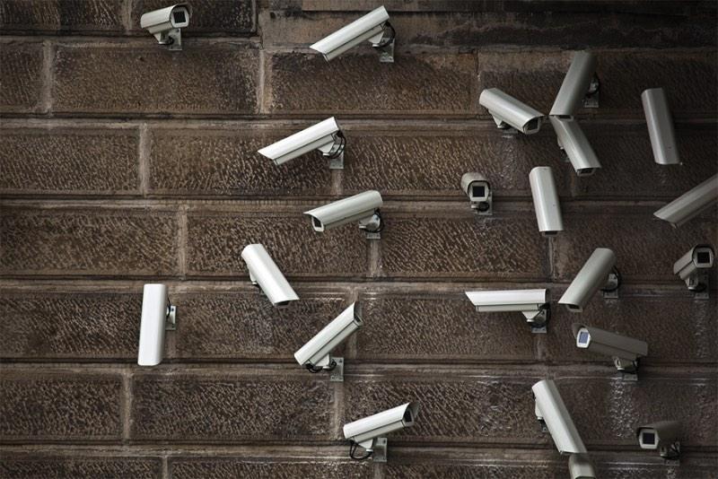 Jakub Geltner é um artista baseado em Praga que trabalha instalando câmeras de segurança em espaços públicos. Claro que seu trabalho não é só esse mas foi assim que eu conheci o que ele faz.