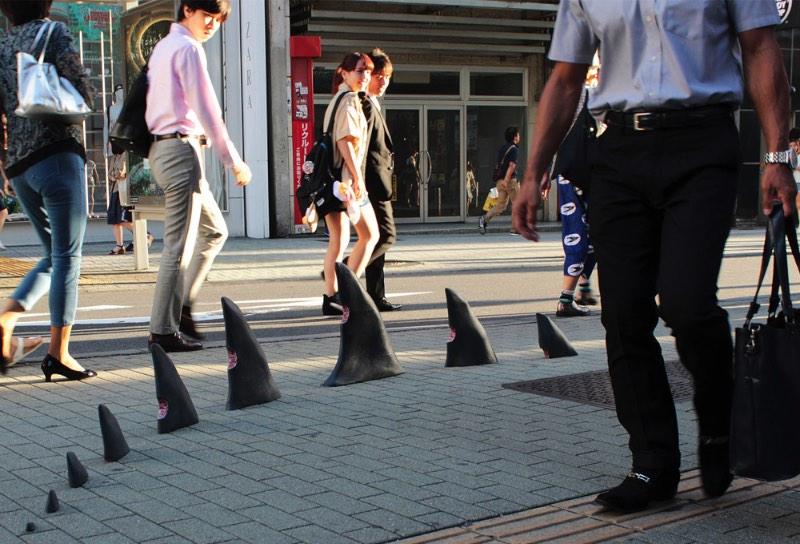 Durante uma recente viagem ai Japão, o artista de rua conhecido como Pejac, resolveu colocar seus trabalhos pelas ruas japonesas. E, como o artista espanhol é um grande fã do estilo visual e da arte japonesa, ele resolveu usar alguns desses elementos no que ele deixou pelo Japão.