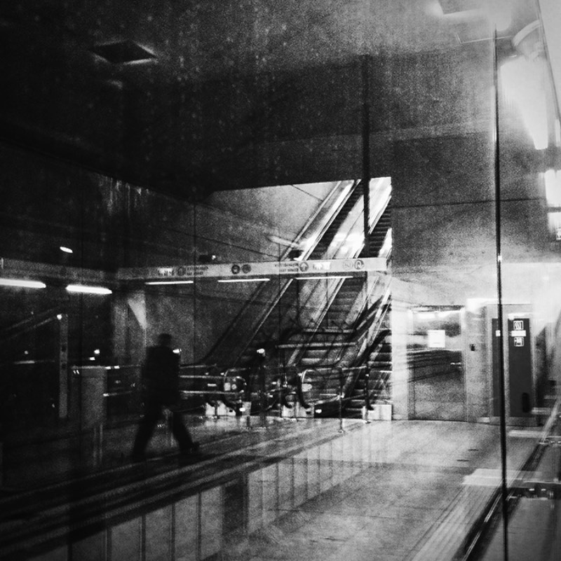 As fotos de Tamas Andok são frias, em preto e branco e mostram as ruas de Budapeste de um jeito quase que misterioso. Perdidas e quase distorcidas, as fotografias aqui reproduzem um pouco aquela sensação de pegar um ônibus em uma cidade nova e não saber nada sobre o caminho.