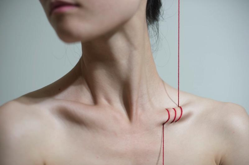 Yung Cheng Lin é uma artista de Taiwan que visualiza os problemas das mulheres de hoje, os problemas da sociedade e a modificação corporal através da fotografia. A artista interpreta seus temas usando ferramentas básicas e o corpo humano como lugar para enviar uma mensagem.
