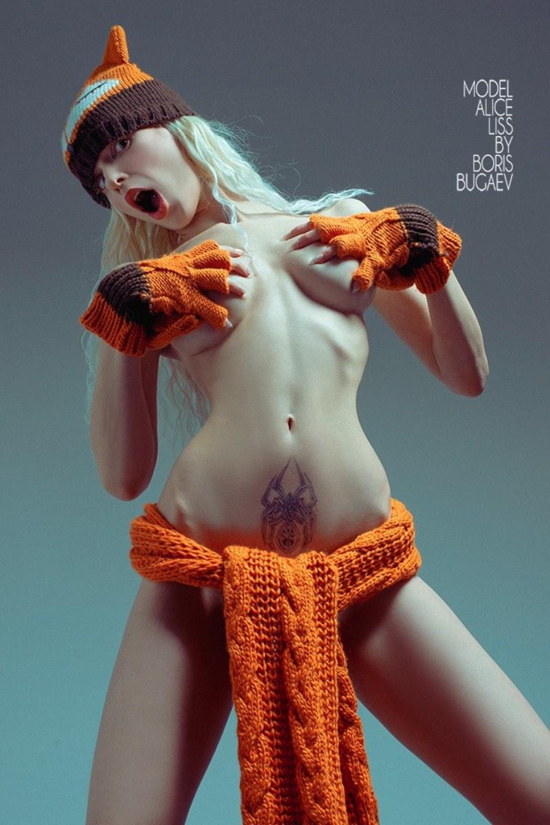 Boris Bugaev trabalha com fotografia naquela linha sutil entre a fotografia erótica e a pornografia. Nos retratos que encontrei de Alice Liss, ele brinca com a forma do corpo dessa modelo russa, algumas vezes, transformando tudo em algo quase não humano.