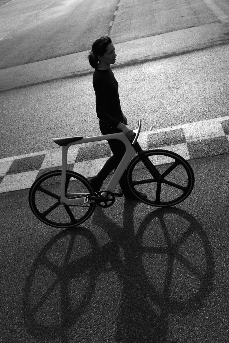 Arvak é uma bicicleta especial. Ela é feita com mais de 50 camadas de resina que deixam o seu frame leve e muito durável. Além do visual quase extra terrestre! Cada frame é feito individualmente, com as medidas do comprador em mente, e por isso mesmo que o selim não tem regulagem de altura. Tudo na Arvak é feito especialmente para seu usuário final. E foi isso mesmo essa bicicleta será produzida em pequena quantidade.