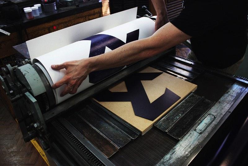 Corin Kennington estudou design gráfico e media design na London College of Communication e se especializou em tipografia e lettering feito a mão. Ele foi uma das descobertas da Creative Review durante a semana de shows de graduação em Londres e eu adorei o portfólio dele.