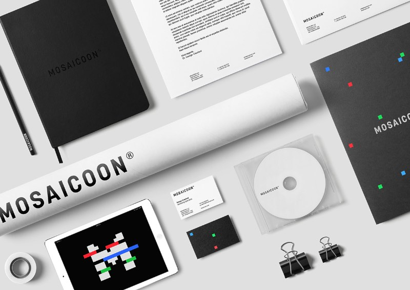 Mosaiccon é uma empresa que gerencia todo o processo de criação de conteúdo em vídeo para a internet. Eles lidam com tudo mesmo, desde o conceito e produção inicial até a distribuição e análise de performance. Foi ai que entrou o papel do ícone que você vai ver nas imagens abaixo. O M de Mosaiccon foi misturado com as cores RGB (vermelho, verde e azul) e foi criado uma conexão direta com o mundo do entretenimento.