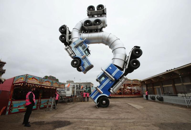 Dismaland é o nome dessa estranha versão da Disneylandia criada pelo sempre controverso Banksy. É em Weston-super-Mare que você vai encontrar esse estranho projeto artístico que vem com um castelo de conto de fadas, um garanhão gigante feito de canos de aço e inúmeras críticas a sociedade.