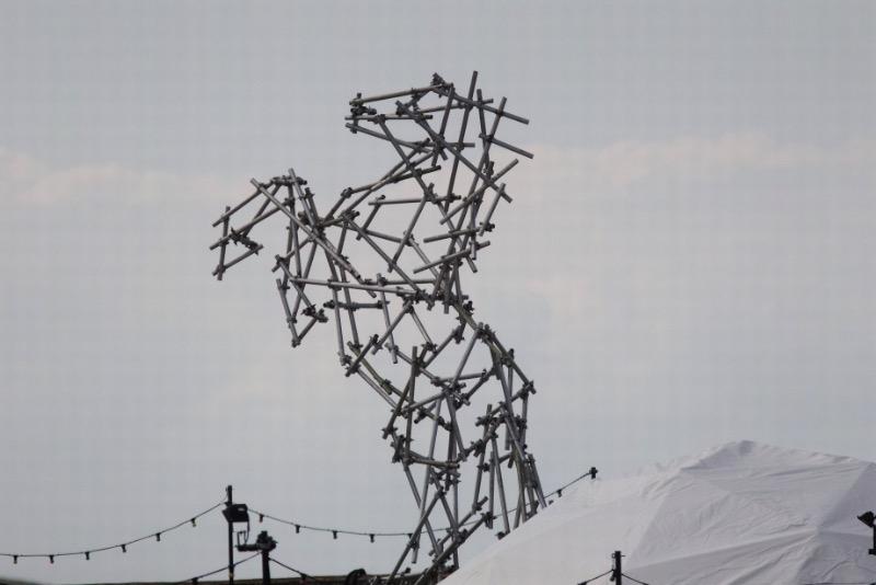 Dismaland é o nome dessa obra de arte que vai abrir ao público nesse sábado, dia 22 de agosto, e esse é o primeiro grande trabalho do Banksy no Reino Unido desde 2009. E esse show é descrito pelo artista como uma mistura de arte, diversão e anarquismo.