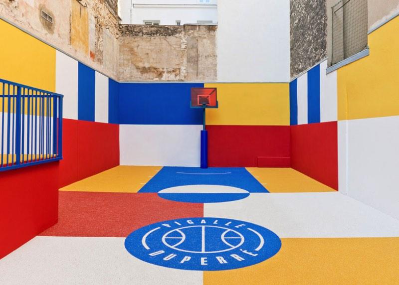 Pigalle Duperré é o resultado da colaboração entre a marca de moda francesa Pigalle e o Ill-Studio. Juntos, eles criaram a quadra de basquete mais colorida que Paris já viu. O nome Pigalle Duperré vem da localização da quadra de basquete. Como ela fica na rua Duperré, ficou fácil usar essa referência ao nomear o lugar.